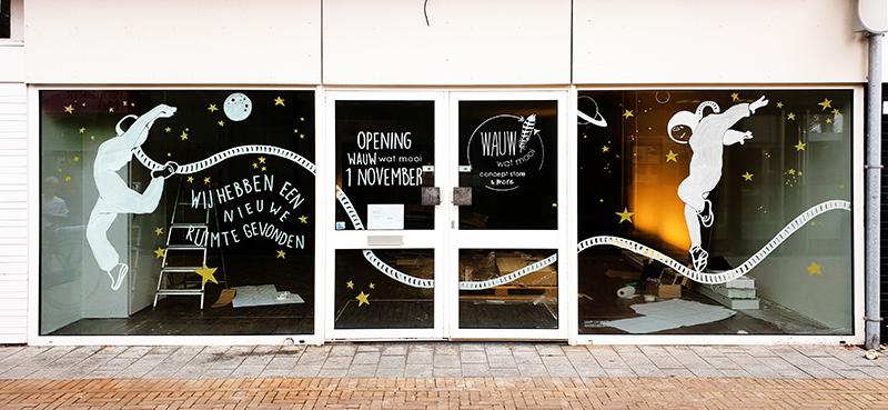 raamtekening verhuizing naar nieuwe ruimte met geïllustreerde astronaut voor opening winkel