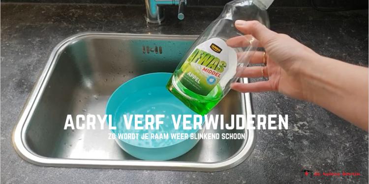 water in blauw bakje afwasmiddel in de hand